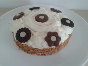 Slagroomtaart met chocolade en nogatine