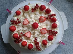 Slagroomtaart met rood fruit