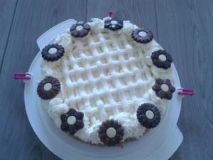 Slagroomtaart met raster en chocolade