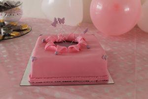 Vierkante taart vliegende vlinders