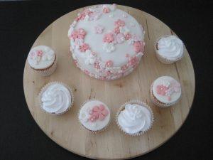 Bloemenpracht (aansnijtaart met cupcakes)