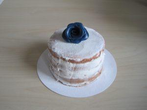 Naked cake met een jeansblauwe roos