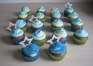 Eivrije cupcakes met een toef van aardbeiencrème