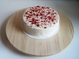 Red velvet cake met kruimels