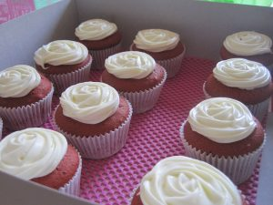 Red velvetcupcakes met een rozet van cream cheese frosting!