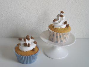 Vanille cupcakes met een toef van enchanted cream, koekspeculaaskruiden en kleine pepernootjes